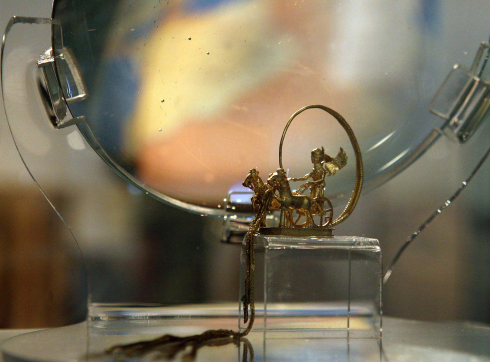 Миниатюрна златна колесница открита в могилата в Синеморец