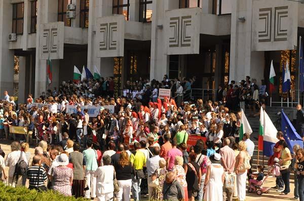 Масово изпълнение на химна на България в Бургас