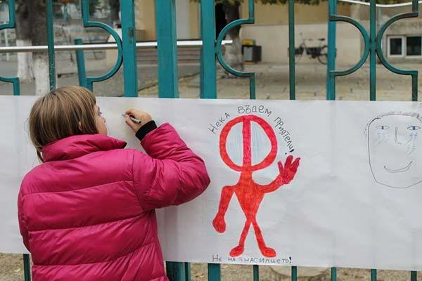 Деца нарисуваха 80-метрова рисунка в Царево