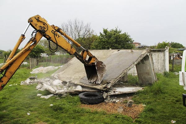 Започна премахването на незаконни постройки в Царево