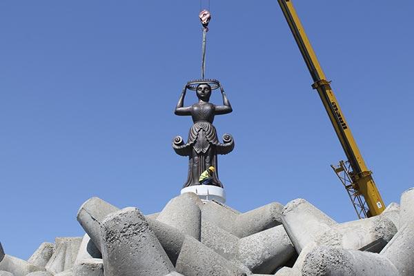 Новият фар-скулптура беше монтиран на вълнолома в Царево