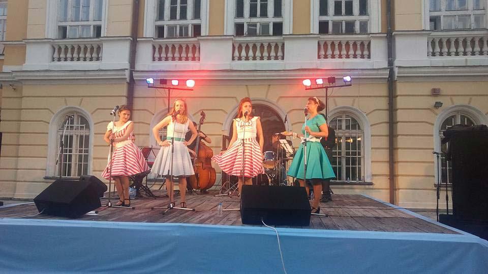 Концерт на The Scarlett Sisters