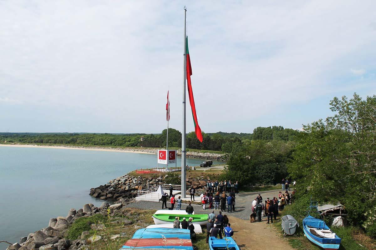 Българският трибагреник вече се вее на 25-метров пилон на границата ни с Турция