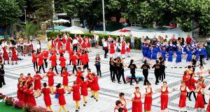 400 танцьори от цялата страна извиха хора край морето