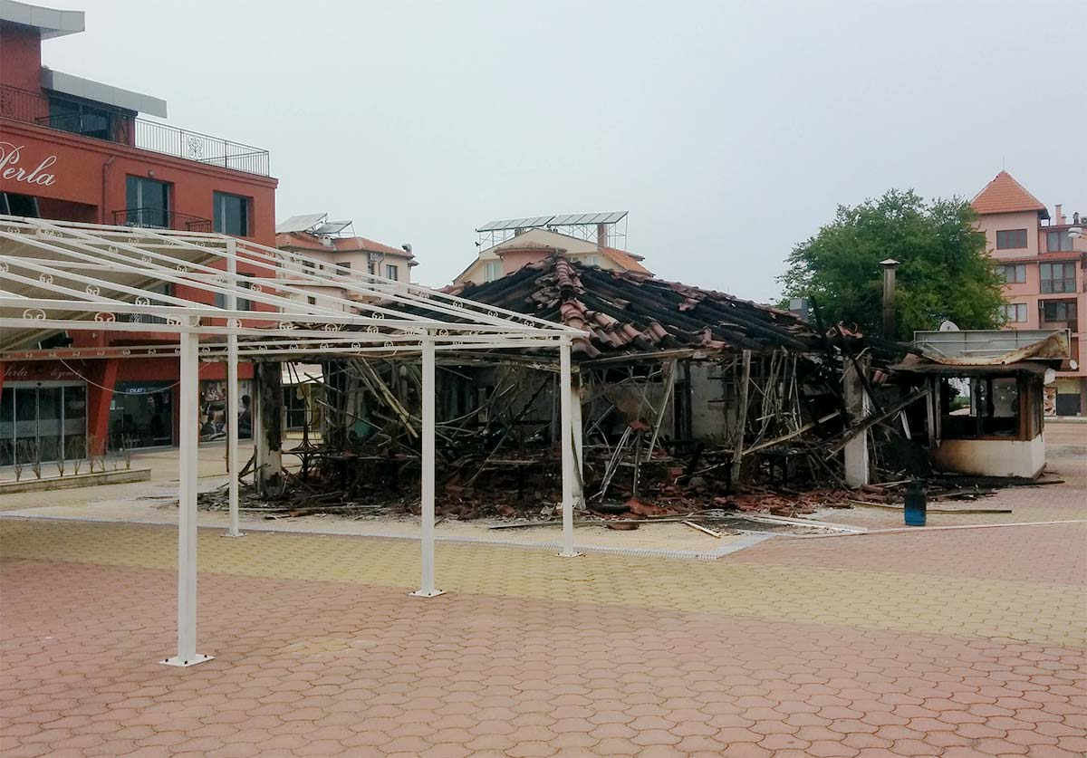 Пожар унищожи пица-бар Централ в Лозенец