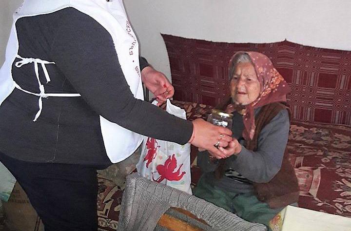 БЧК Царево и общината дариха топъл обяд на хора в неравностойно положение