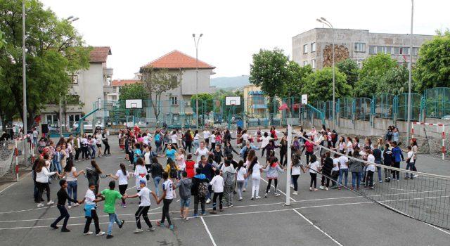 """Снимка на фокус, май 2018, Ученици и учители се включиха в хорото за събитието """"Розите на България"""""""