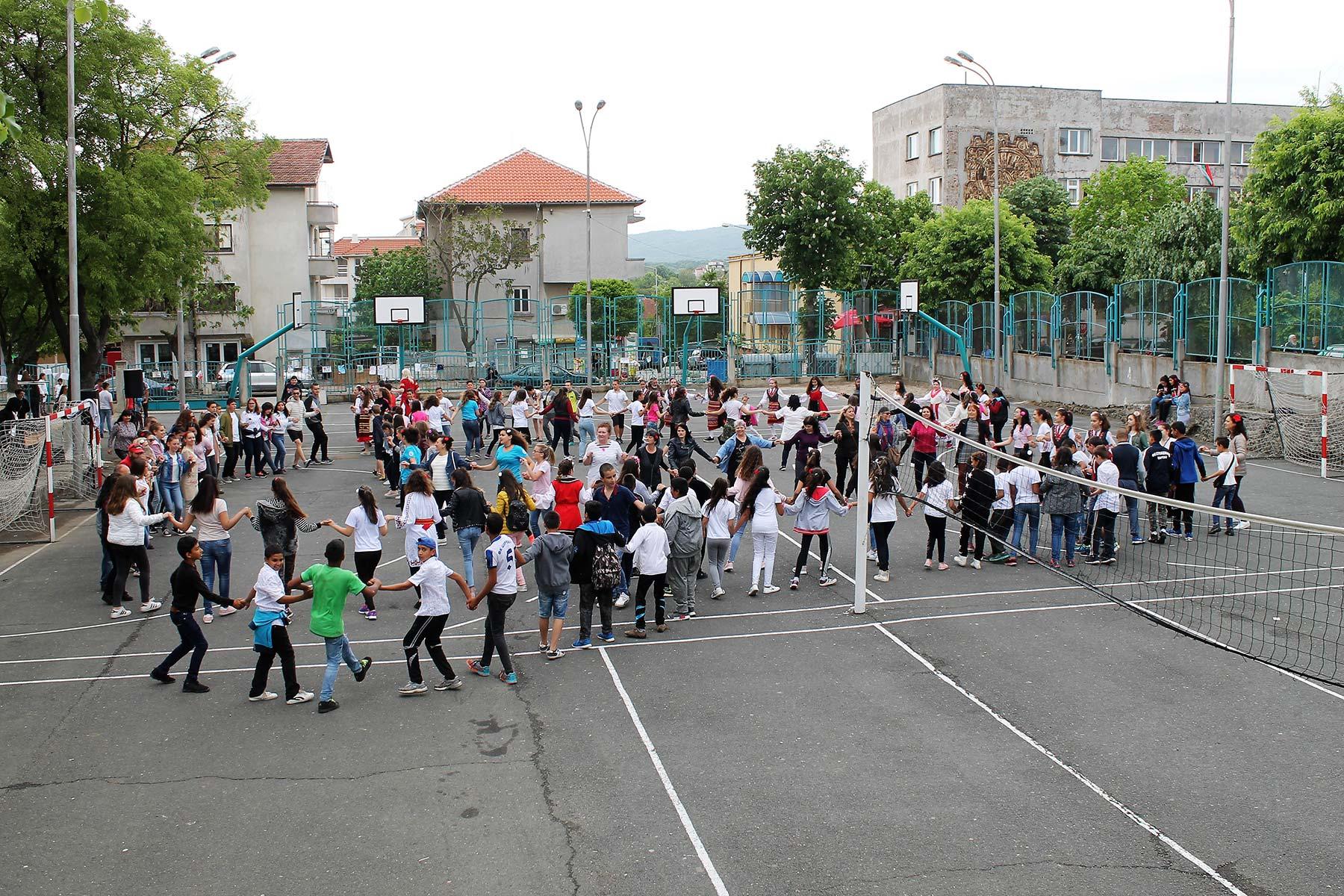 Снимка на фокус, май 2018, Ученици и учители се включиха в хорото за събитието