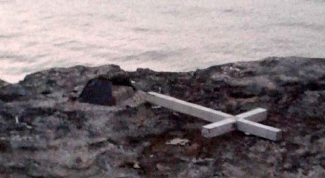 Снимка на фокус, май 2018, Вандали повредиха кръста на буруна Лимнос