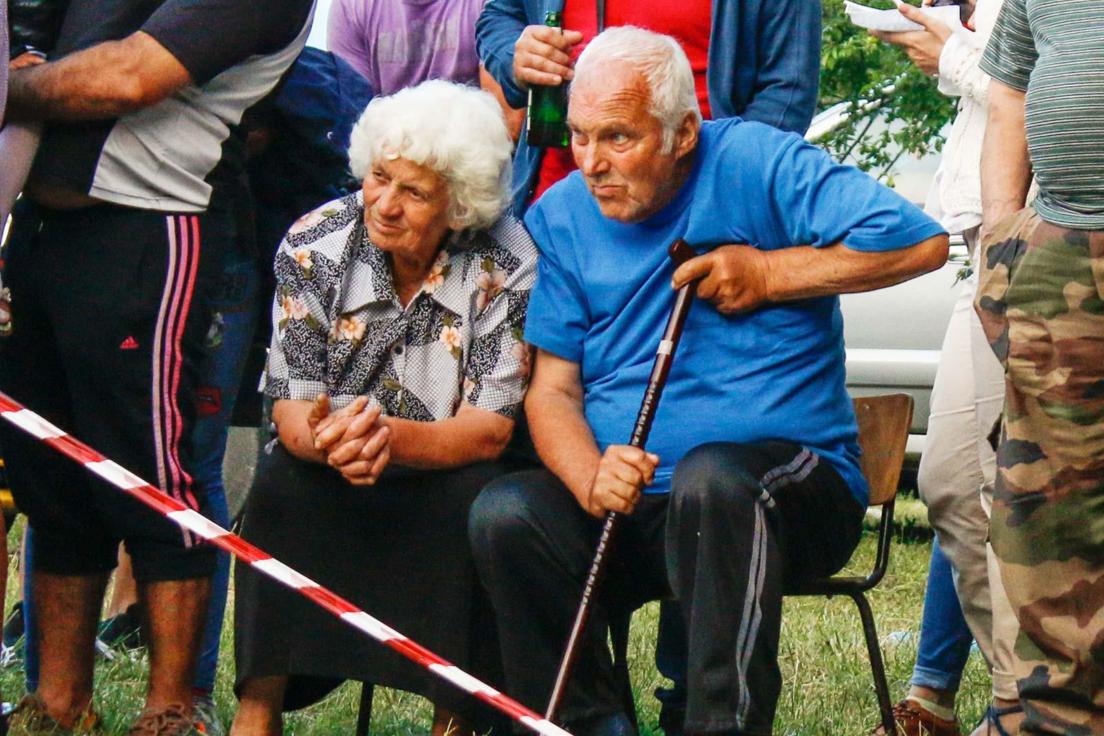 Възрастна двойка в село Българи