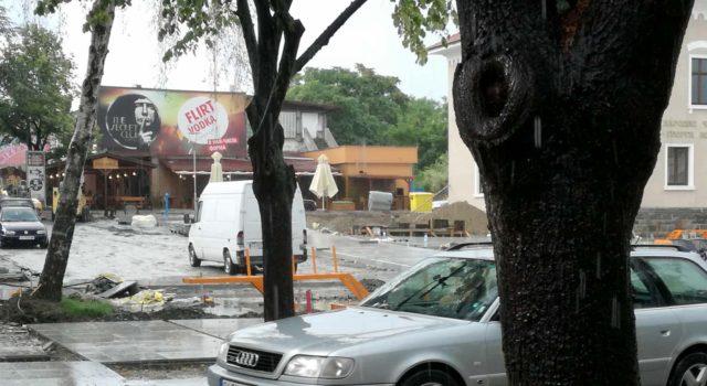 Снимка на фокус, юли 2018, С кола през новия площад в град Царево