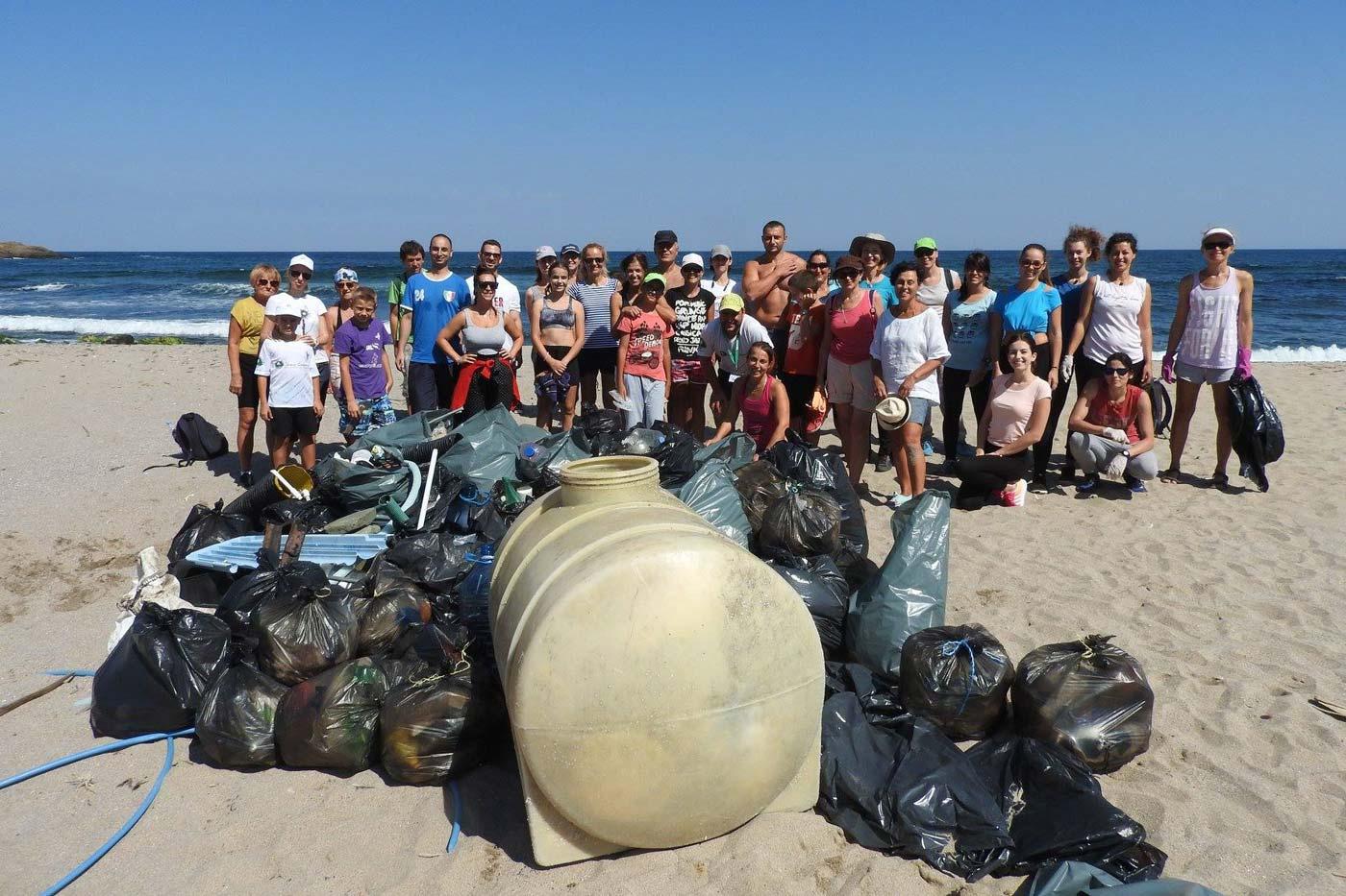 Почистване на диви плажове на юг от Синеморец